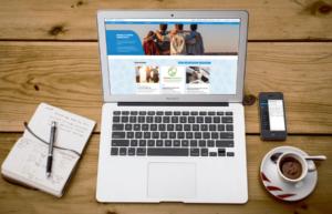 Karijoen sivusto kannettavan tietokoneen näytöllä